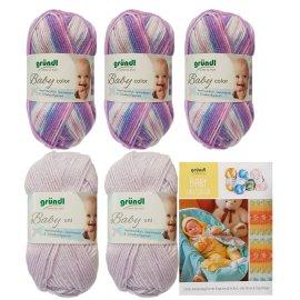 5x 50 Gramm Gründl Baby Uni/ Color Wolle Wollset inkl. Strick-Anleitung für ein Kapuzenjäckchen, eine Hose & Fäustlinge, Rundstricknadel und 1 Bügelflickmotiv
